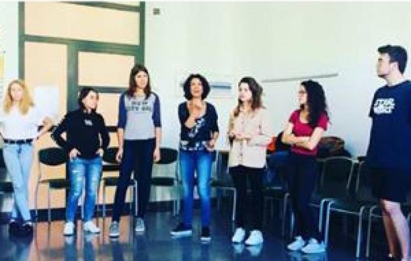 Joves estudiants aprenent Competències i Treball en Equip